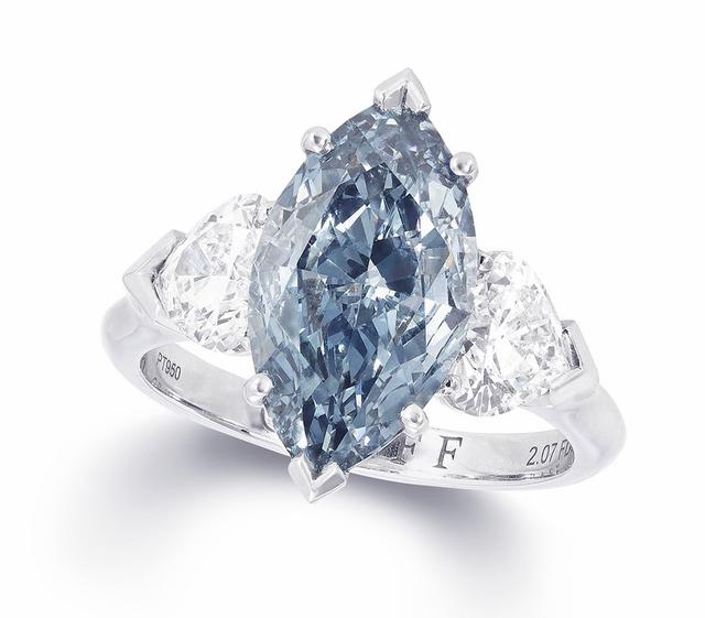 世界上第一颗钻石的发现可以追溯到3000年前,不过随着钻石矿的开采,彩色钻石收藏直至20世纪才开始在富商、名流之间风靡。蓝色钻石(Blue Diamond)作为最稀有的彩钻之一,也成为订婚戒指的理想选择。  蓝色是天空和海洋的颜色,代表着平静与安谧,也象征着和睦与忠诚,对于订婚钻戒来说是一个完美的色彩。 天然的蓝色钻石非常罕见,仅占全球钻石产量的0.
