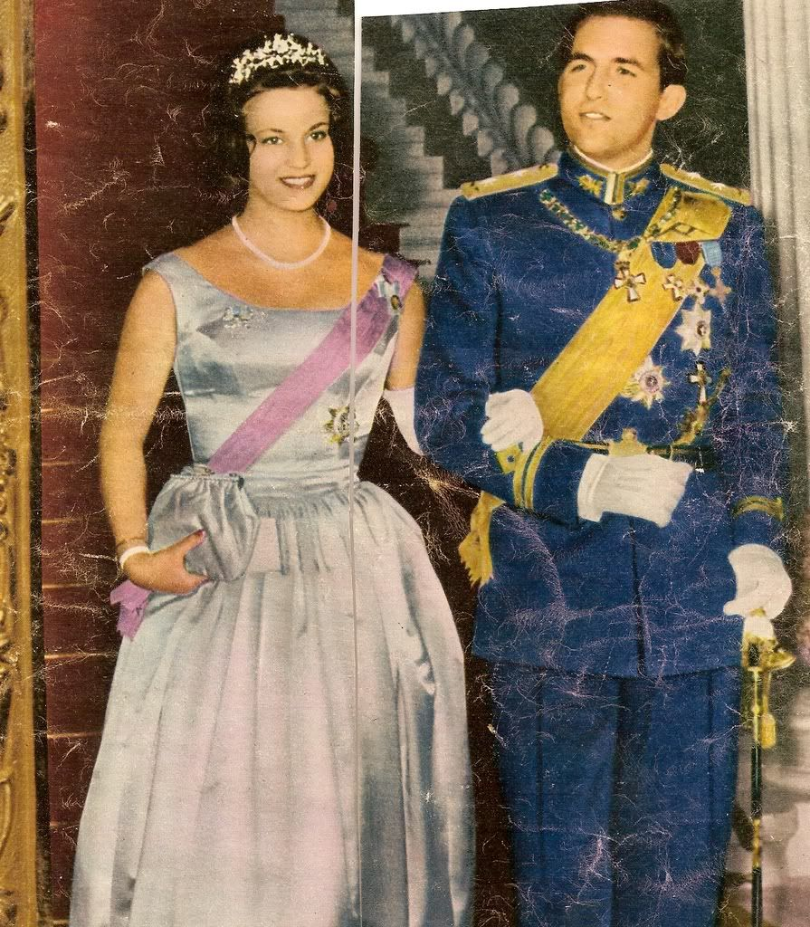 花心像是黄钻,显得更饱满华丽;二公主的王冠是纯金属底托,花枝丛中开